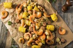 Οι σπιτικές παραδοσιακές γαρίδες Cajun βράζουν στοκ εικόνες