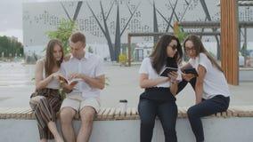 Οι σπουδαστές διαβάζουν το βιβλίο στο πάρκο απόθεμα βίντεο