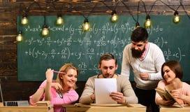 Οι σπουδαστές, ομιλία συντρόφων ομάδας, που ρωτούν για τις συμβουλές, δάσκαλος εξηγούν Γενειοφόρος δάσκαλος, ομιλητής, διδασκαλία Στοκ φωτογραφίες με δικαίωμα ελεύθερης χρήσης