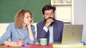 Οι σπουδαστές συνδέουν να προετοιμαστούν για τη δοκιμή ή το διαγωνισμό Σχολικοί σπουδαστές Οι σπουδαστές συνδέουν να προετοιμαστο απόθεμα βίντεο