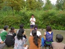 Οι σπουδαστές σχολείων πρωτοβάθμιας εκπαίδευσης Cinese φυσούν τη σάλπιγγα Στοκ Φωτογραφία