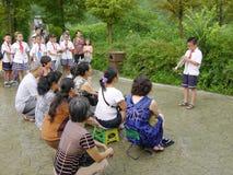 Οι σπουδαστές σχολείων πρωτοβάθμιας εκπαίδευσης Cinese φυσούν τη σάλπιγγα Στοκ Εικόνα