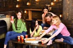 Οι σπουδαστές, φίλοι, σύντροφοι ομάδας με το δάσκαλο γιορτάζουν, έχουν τη διασκέδαση, σκοτεινό ξύλινο εσωτερικό υπόβαθρο Κόμμα πι στοκ φωτογραφία