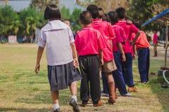Οι σπουδαστές Elemantary βαθμολογούν 3 παίρνουν το υψηλό άλμα διαγωνισμών στοκ φωτογραφία