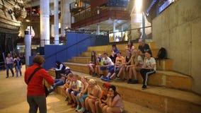 Οι σπουδαστές ακούνε μια διάλεξη σχετικά με την ιστορία στο μουσείο Ο πυροβολισμός της Dolly απόθεμα βίντεο