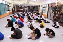 Οι σπουδαστές εξετάζουν Στοκ Εικόνες