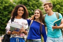 Οι σπουδαστές σε μια πόλη σταθμεύουν στοκ φωτογραφία