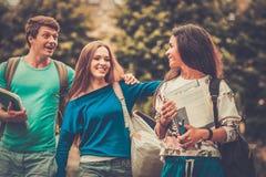 Οι σπουδαστές σε μια πόλη σταθμεύουν στοκ εικόνες