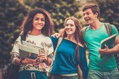 Οι σπουδαστές σε μια πόλη σταθμεύουν στοκ φωτογραφία με δικαίωμα ελεύθερης χρήσης