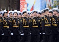 Οι σπουδαστές του ναυτικού σχολείου Nakhimov κατά τη διάρκεια της παρέλασης στο κόκκινο τετράγωνο προς τιμή την ημέρα νίκης Στοκ Φωτογραφία