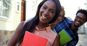 Οι σπουδαστές Hipster χαμογελούν και κρατούν copybook απόθεμα βίντεο
