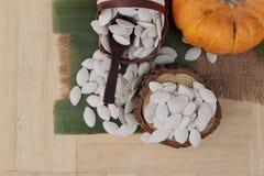 Οι σπόροι κολοκύθας έψησαν και ξεφλούδισαν τους σπόρους κολοκύθας Στοκ Εικόνα