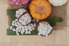 Οι σπόροι κολοκύθας έψησαν και ξεφλούδισαν τους σπόρους κολοκύθας Στοκ Εικόνες
