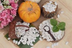 Οι σπόροι κολοκύθας έψησαν και ξεφλούδισαν τους σπόρους κολοκύθας Στοκ εικόνα με δικαίωμα ελεύθερης χρήσης