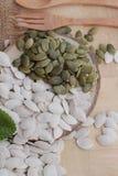 Οι σπόροι κολοκύθας έψησαν και ξεφλούδισαν τους σπόρους κολοκύθας Στοκ εικόνες με δικαίωμα ελεύθερης χρήσης