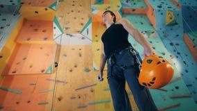 Οι στάσεις ορειβατών με ένα κράνος στα χέρια, κλείνουν επάνω απόθεμα βίντεο