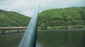 Οι στάσεις ράβδων αλιείας στη στάση, γέφυρα είναι στην απόσταση απόθεμα βίντεο