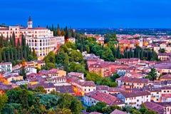 Οι στέγες και η όπερα της Βερόνα φορούν την άποψη βραδιού της Καλαβρίας στοκ εικόνες