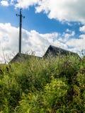 Οι στέγες των αγροτικών σπιτιών στη χλόη Στοκ Φωτογραφία