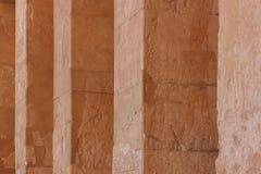 Οι στήλες πετρών με τη χάραξη ανακούφισης στον αρχαίο αιγυπτιακό ναό Στοκ φωτογραφίες με δικαίωμα ελεύθερης χρήσης