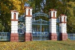 Οι στήλες τούβλου που επάνω η πύλη μετάλλων Στοκ εικόνα με δικαίωμα ελεύθερης χρήσης