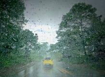 Οι σταγόνες βροχής στον ανεμοφράκτη προκαλούν τη φτωχούς απεικόνιση και τον κίνδυνο Στοκ Εικόνα