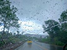 Οι σταγόνες βροχής στον ανεμοφράκτη προκαλούν τη φτωχούς απεικόνιση και τον κίνδυνο Στοκ Φωτογραφίες