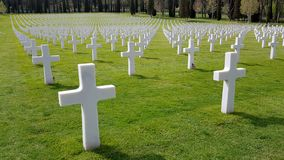 Οι σταυροί των αμερικανικών στρατιωτών που πέθαναν κατά τη διάρκεια του δεύτερου παγκόσμιου πολέμου που θάφτηκε στο αμερικανικό ν στοκ εικόνα με δικαίωμα ελεύθερης χρήσης