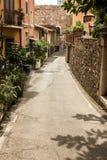 Οι στενές οδοί της πόλης Taormina με τα καταστήματα και τα μεσαιωνικά κτήριά του μια ηλιόλουστη ημέρα Νησί της Σικελίας, Ιταλία Στοκ Εικόνες