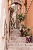 Οι στενές οδοί της πόλης Taormina με τα καταστήματα και τα μεσαιωνικά κτήριά του μια ηλιόλουστη ημέρα Νησί της Σικελίας, Ιταλία Στοκ Φωτογραφίες