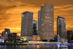 Οι στο κέντρο της πόλης ουρανοξύστες με ζωηρόχρωμο λιμενικός στο όμορφο ηλιοβασίλεμα στοκ φωτογραφία με δικαίωμα ελεύθερης χρήσης