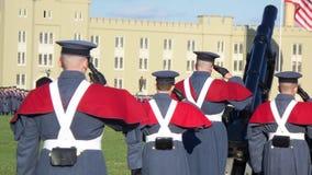 Οι στρατιωτικοί μαθητές στρατιωτικής σχολής χαιρετίζουν Στοκ φωτογραφία με δικαίωμα ελεύθερης χρήσης