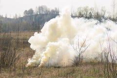 Οι στρατιωτικοί στρατιώτες κάνουν την έκρηξη στις τακτικές ασκήσεις Στοκ φωτογραφία με δικαίωμα ελεύθερης χρήσης