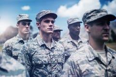 Οι στρατιωτικοί στρατιώτες που στέκονται στην μπότα στρατοπεδεύουν απεικόνιση αποθεμάτων