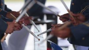 Οι στρατιωτικοί τυμπανιστές παίζουν στο κιγκλίδωμα απόθεμα βίντεο