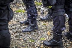 Οι στρατιώτες εκπαιδεύουν το πυροβολισμό με ένα πυροβόλο όπλο μια ομάδα στρατιωτών ασκεί στον κρύο χιονώδη καιρό Στοκ φωτογραφίες με δικαίωμα ελεύθερης χρήσης