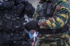 Οι στρατιώτες εκπαιδεύουν το πυροβολισμό με ένα πυροβόλο όπλο μια ομάδα στρατιωτών ασκεί στον κρύο χιονώδη καιρό Στοκ Εικόνες