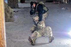 Οι στρατιώτες με m4 στοκ εικόνες