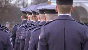 Οι στρατιώτες μπλε σε ομοιόμορφο στέκονται στην τελετή φιλμ μικρού μήκους