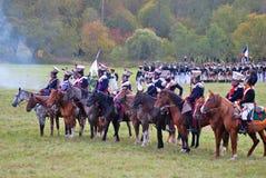 Οι στρατιώτες οδηγούν τα άλογα Πράσινα χλόη και υπόβαθρο δέντρων Στοκ Εικόνα