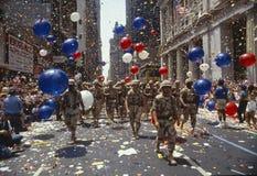 Οι στρατιώτες που βαδίζουν στο τηλέτυπο δένουν την παρέλαση, Νέα Υόρκη με ταινία Στοκ Φωτογραφίες