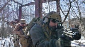 Οι στρατιώτες στην κάλυψη με τα όπλα αγώνα κάνουν τον τρόπο τους έξω από το παλαιό κτήριο, συλλαμβάνοντας τον με στόχο, φιλμ μικρού μήκους