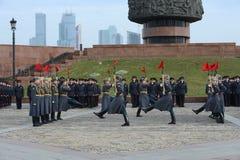 Οι στρατιώτες της επιχείρησης της φρουράς της τιμής ενός χωριστού συντάγματος Preobrazhensky διοικητών καταδεικνύουν την τεχνική  στοκ εικόνες με δικαίωμα ελεύθερης χρήσης