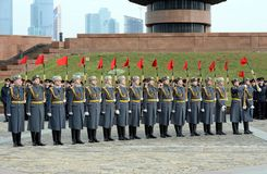 Οι στρατιώτες της επιχείρησης της φρουράς της τιμής ενός χωριστού συντάγματος Preobrazhensky διοικητών καταδεικνύουν την τεχνική  στοκ εικόνα