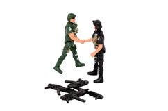 Οι στρατιώτες τινάζουν τα χέρια Στοκ Φωτογραφίες