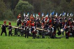 Οι στρατιώτες φορτώνουν τα πυροβόλα στην ιστορική αναπαράσταση μάχης Borodino στη Ρωσία Στοκ Εικόνα