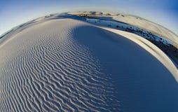 Οι στροβιλιμένος κορυφογραμμές και τα κατασκευασμένα σχέδια της άμμου τονίζουν μια πιό σφαιρική προοπτική του άσπρου εθνικού μνημ στοκ φωτογραφίες