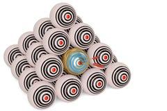 Οι στρογγυλοί στόχοι με τα βέλη στην κεντρική τρισδιάστατη απεικόνιση διανυσματική απεικόνιση