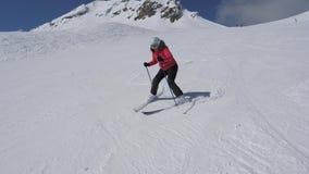 Οι στροφές γυναικών σκιέρ αρχαρίων δεξιός και αριστερά στην κλίση σκι και μετά βίας δεν έπεσαν φιλμ μικρού μήκους