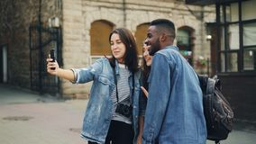 Οι συγκινημένοι νέοι κάνουν τη σε απευθείας σύνδεση τηλεοπτική κλήση χρησιμοποιώντας τη συσκευή εκμετάλλευσης smartphone και μιλώ απόθεμα βίντεο